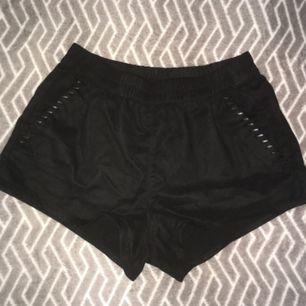 Fejk-mocca shorts från H&M men fejk-läder detaljer vid fickorna. Köparen står för frakten :)