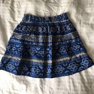 Blå mönstrad kjol i stl XS, använd 1 gång men är för liten på mig tyvärr. Köpt på forever 21.