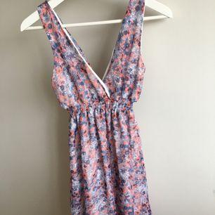 Blommig klänning i stl S skulle jag tro, står ingen storlek i.