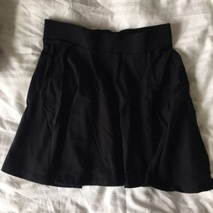 Svart kjol i stl S, säljer pga aldrig använder!