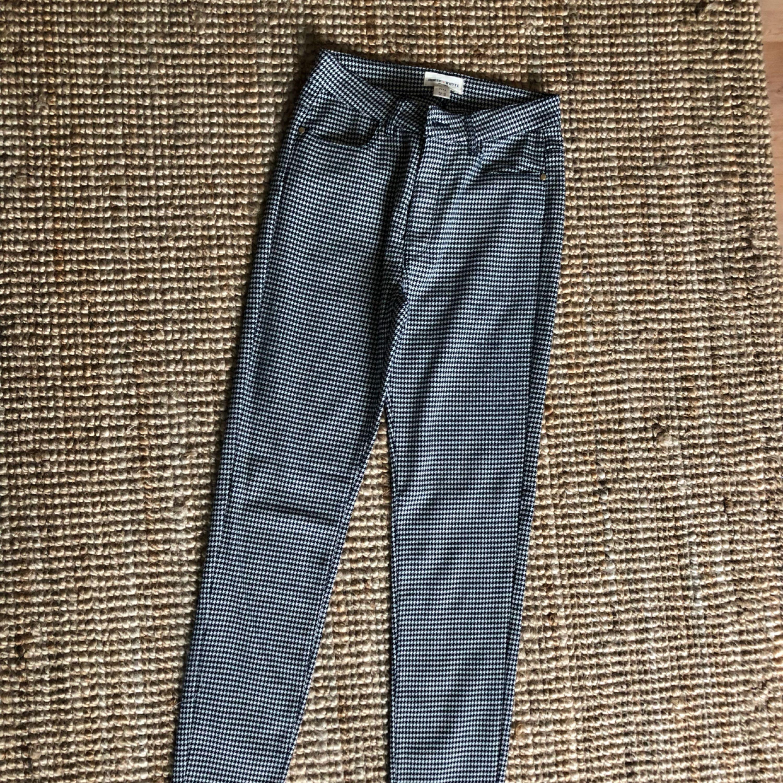 Använda en gång, superfint skick. Lite stretchiga och hög midja.. Jeans & Byxor.