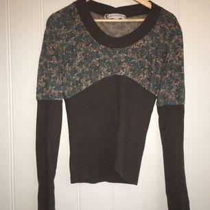 Ekologisk bomull topp tröja i mörkgrön med blommig mönster, nyskick