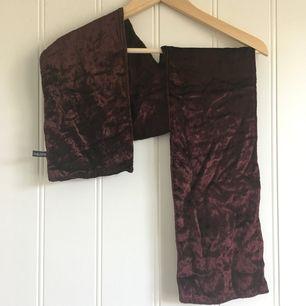 Mörkröd vinröd sammet scarf ca 1 m lång från pälsfritt hem