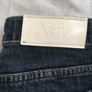 Fett snygga lågmidjade jeans från Acne i gott skick.