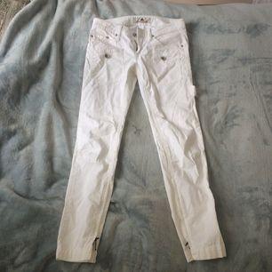 Vita helt oanvända byxor, säljer pga att dom inte passar ❤️