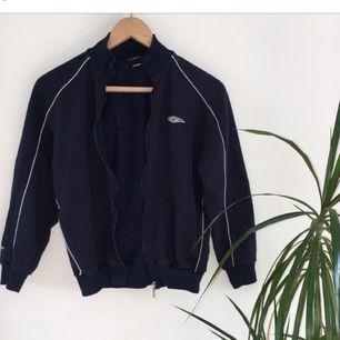 Marinblå vintage zip up Umbro fleece. Passar bra som oversize :) köparen står för eventuell fraktkostnad