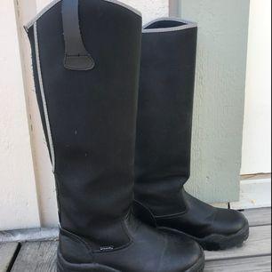 Ett par svarta vinterridstövlar från Steeds med reflexdetaljer och värmande foder. Har endast blivit använda en säsong och jag säljer skorna pga för små. Jag möts endast upp i Stockholm och betalningen sker via swish vid överlämning av skorna.