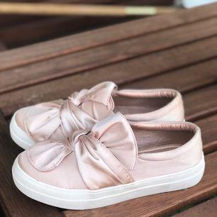 Ett par dösnygga sneakers köpta i Frankrike!! Inköpa för 600, men tyvärr aldrig använda då jag har för många skor 😟💓hoppas de kan få det bättre hos nån annan!
