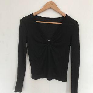 JÄTTECOOL svart ribbad tröja med snygg silverring-detalj! Svinsnygg festtröja! 🎤🍷