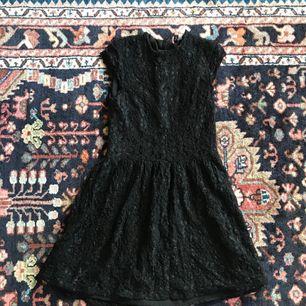 Superduperfin spetsklänning från H&M som knappt blivit använd! Märkt som en 38 men passar även 36. Frakt: 55kr🎈💌