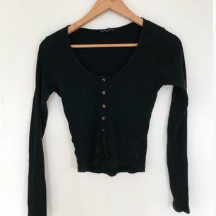 FIN ribbad svart långärmad tröja med bruna knappar från Brandy Melville! Superfin! 🍸