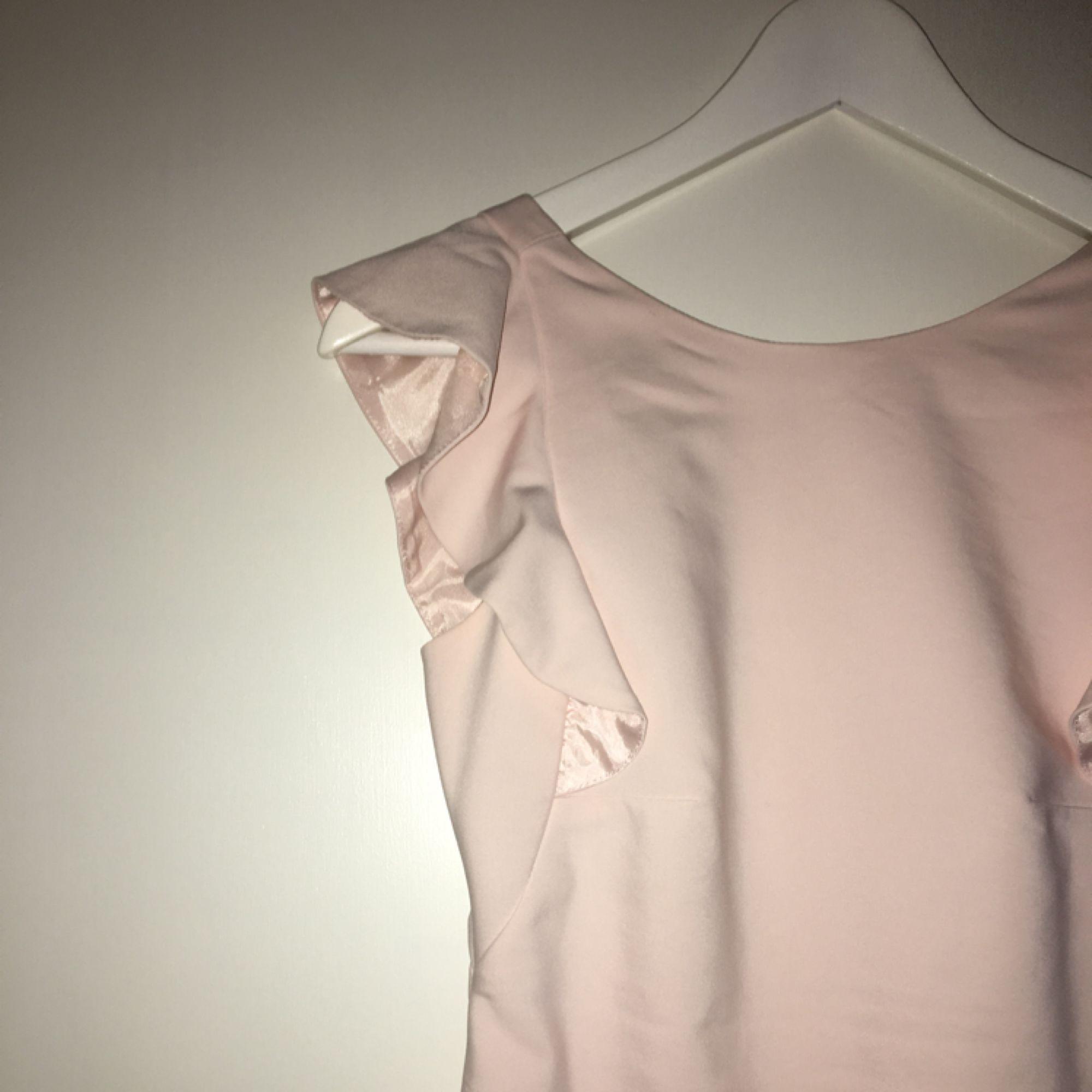719d7f5c18d9 Perfekt längd, inte Snygg och vacker rosa klänning med volanger. Snygg  figursydd passform. Perfekt längd, inte