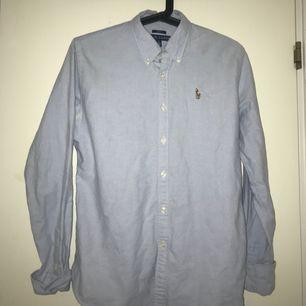 Ralph lauren Skjorta i storlek 8 vilket motsvarar M, säljer eftersom den är för stor.