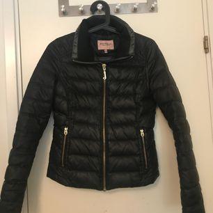 Juicy Couture dun jacka jätte skön å fin, väl använd, säljer pga av den är för liten för mig, frakt till kommer
