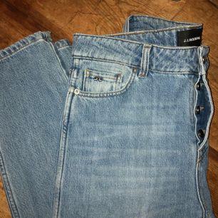 Jeans från J.Lindeberg i väldigt gott skick då de knappt är använda. Modellen heter Study och liknar den klassiska Levis 501. Superfina och bekväma på! Ord. Pris 1200:-