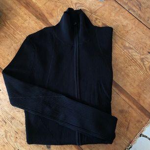 Stickad tröja från JLindeberg i väldigt gott skick då den aldrig kommit till användning. Dubbelzip och fina detaljer i stickningen.