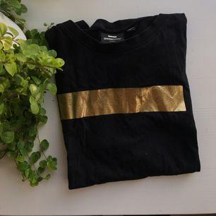 as cool tshirt man kan lätt ha en randig tröja inunder, långärmad såklart :*  den är lite lite croppad den passar xs/s  köpare står för frakt på 20kr💌