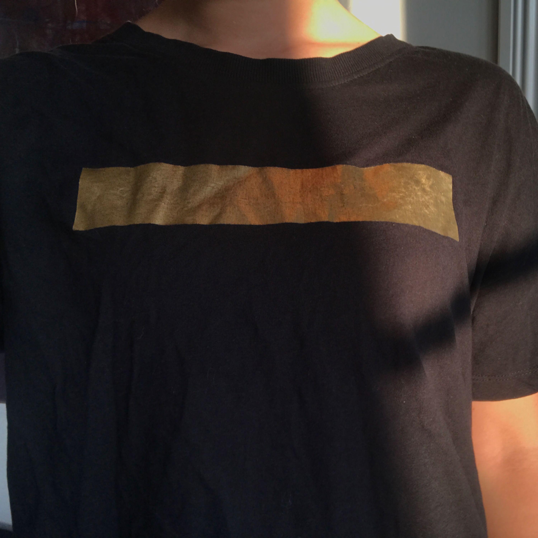 as cool tshirt man kan lätt ha en randig tröja inunder, långärmad såklart :*  den är lite lite croppad den passar xs/s  köpare står för frakt på 20kr💌. T-shirts.