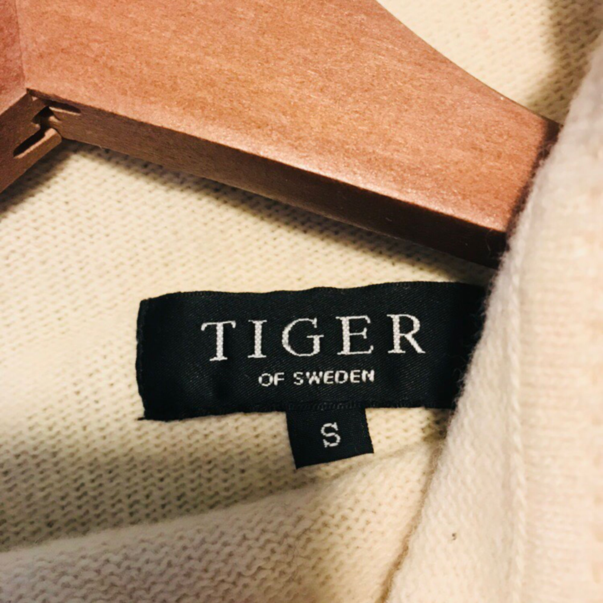 Stickad ulltröja från Tiger of Sweden i storlek small men passar nog en medium också beroende på hur man vill att den ska sitta. Det är en polo med knäppning i halsen. Skickar gärna eller möter upp i Falun. . Stickat.