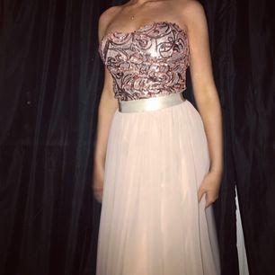 Unik champagne rosa balklänning! Komplimenterar ens former och är mycket bekväm. Jag är 165cm och klänningen passar i både klackar och utan i längden, någorlunda lång utan klackar.