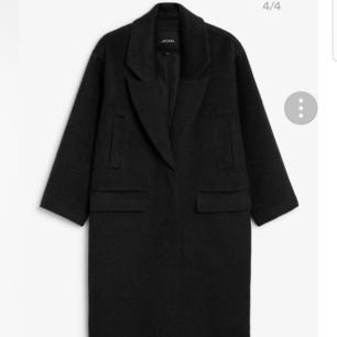 Oversized kappa från Monki. Inköpt i början av året. Knappt använd, i nyskick. Finns i Skåne för annars tillkommer frakt 🌹🌹 inköpspris 900kr