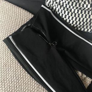 Ett par leggings med grön,svart & vit stripe på sidan från Zara. Nypris 199 kr.  Finns att hämtas i Leksand men kan även skickas, köparen står då för frakten!