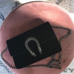 Väska från Ginatricot, nypris 249 kr! Sparsamt använd, dock liten fläck i vänstra hörnet ( knappt synlig ), men därav ett väldigt bra pris! Finns att hämtas i Leksand men kan även skickas, köparen står då för frakten!