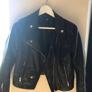 Jacka ifrån H&M!  Sparsamt använd och är i fint skick, minns ej nypriset. Finns att hämtas i Leksand men kan även skickas, köparen står då för frakten!