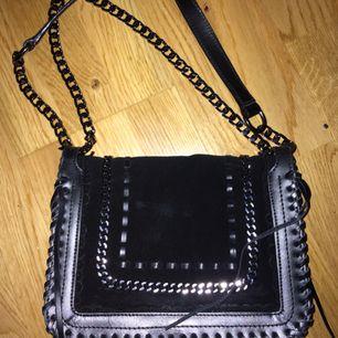 Väska från Zara, sparsamt använd. Långt band men går att ha kort också! Köpt för 799kr ❣️
