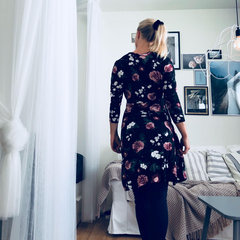 Oanvänd klänning. Storleken är M men känns mer som s. . Klänningar.