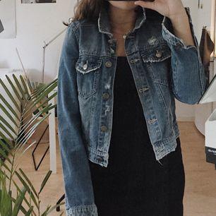 Cool jeansjacka med lite slitningar från Noisy May 🦕 / STORLEK: S / SKICK: Som ny, använd 2-3 gånger / Skriv gärna vid övriga frågor!