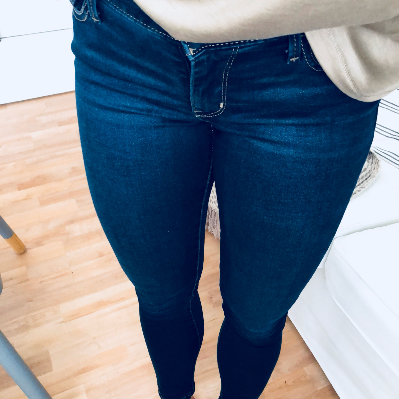 Finaste jeansen EVER. Något stretchiga. De heter super skinny och är storlek 26. Jag ligger mellan s och m i storlek och är 170cm lång. Kanonskick pga att jag är en idiot som aldrig använt. Men men nu får de gå till nån annan. Frakt tillkommer!. Jeans & Byxor.