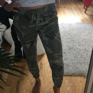 Supercoola army pants från Pull and Bear. Nästan aldrig använda så är i bra skick. Köparen står för frakt.