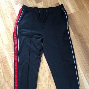 Snygga mjukisbyxor med röd och vit stripe på sidan om benen. Säljer då jag inte använder dem! Eventuell frakt står köparen för 🌼 hör av er om du vill ha fler bilder