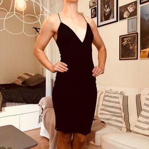 Jag är småbystad och har aldrig känt mig självsäker i denna annars ljuvliga klänning från NELLY. Stretchigt tyg.