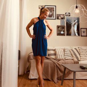 Aldrig använd. Såååå fin klänning i kungsblå färg, och glansigt tyg.