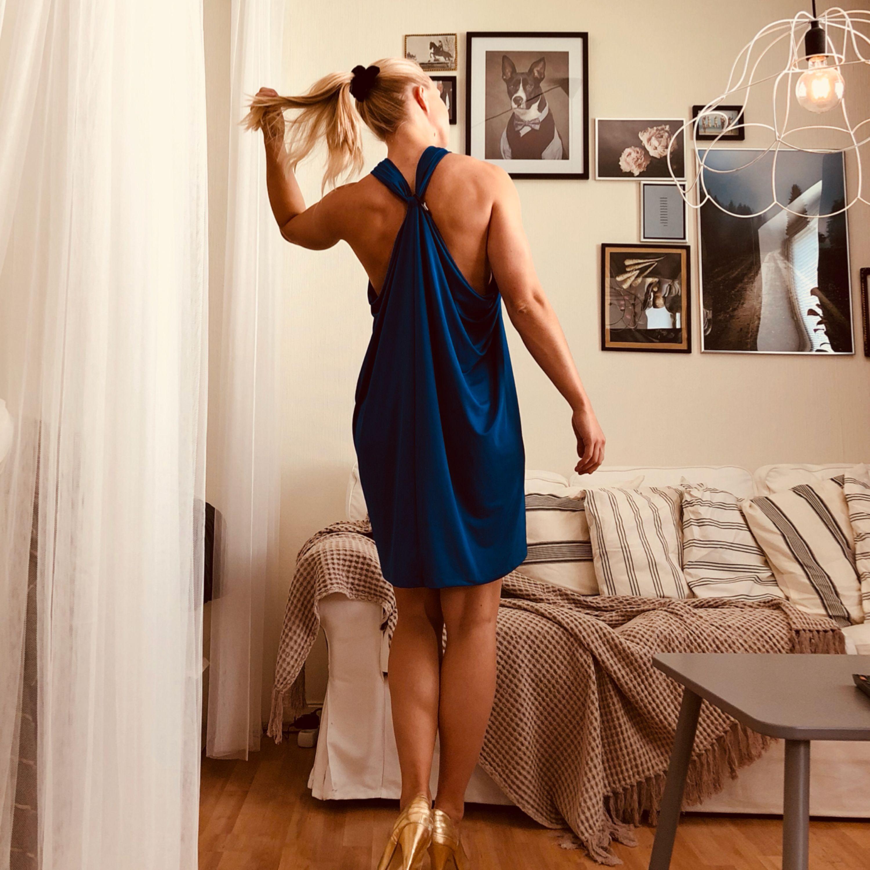 Aldrig använd. Såååå fin klänning i kungsblå färg, och glansigt tyg. . Klänningar.