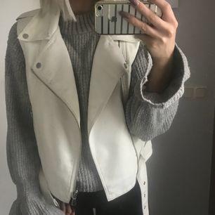 Cool vit skinnväst!! Säljs pga: ej min stil Använd: befintligt skick (Frakt är ej med räknat)
