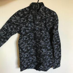 Schyst skjorta i militärmönster från Selected Homme. Slimfit modell. Knappt använd, skick 9/10. Köparen betalar frakt, annars hämtning Gärdet