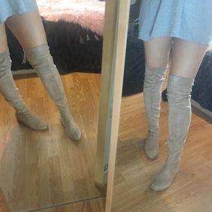 Over knee boots från Nelly i beige. Storlek 39. Är använda men i fint skick! Ord pris 599kr. Köparen står för frakt som till kommer (ca80kr)