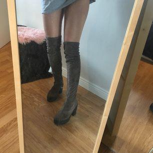 Highknee boots från Asos. Bekväma och lätta att gå i på grund av stabil/tjock klack. Perfekta till höst vädret! 🍁🍂 frakt står köparen för!:)