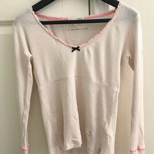 En långärmad, ljusrosa Odd Molly-tröja som jag säljer pga att den inte används längre. Bra skick. Köparen står för frakt och betalningen sker endast via swish.