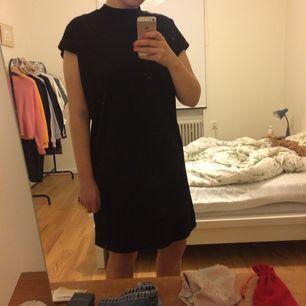 Klänning från Weekday med turtleneck som är köpt i somras, endast använd ett fåtal gånger. Frakt tillkommer.