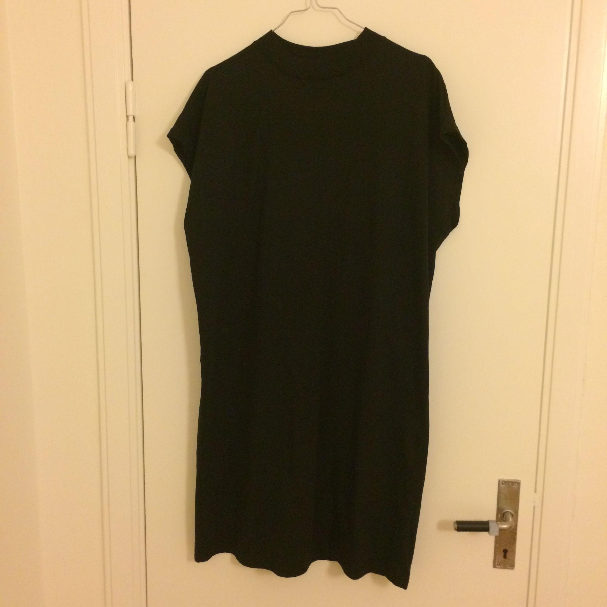 Klänning från Weekday med turtleneck som är köpt i somras, endast använd ett fåtal gånger. Frakt tillkommer.. Klänningar.