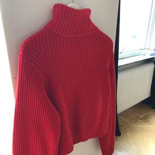 Ribbstickad ull-tröja med ballongärmar från H&M. Är i väldigt fint skick. Nypris 499kr. Köparen står för frakt.