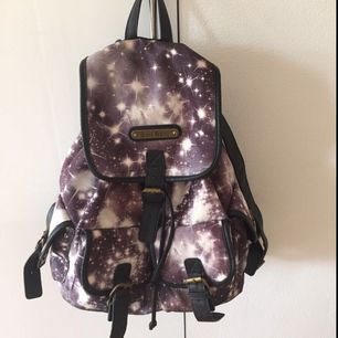 Anna Smith Galaxy ryggsäck, är lite trasig längst ned till vänster men annars bra kvalitet