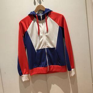 Härlig hoodie i fina färger och fint material. Lite sportaktig.  Mycket gott skick!
