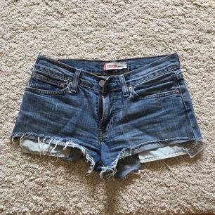 Levi's shorts köpta för några år sen men inte kommit till mycket användning så därför säljer jag dom. Står ingen storlek i men skulle gissa på 24-26!