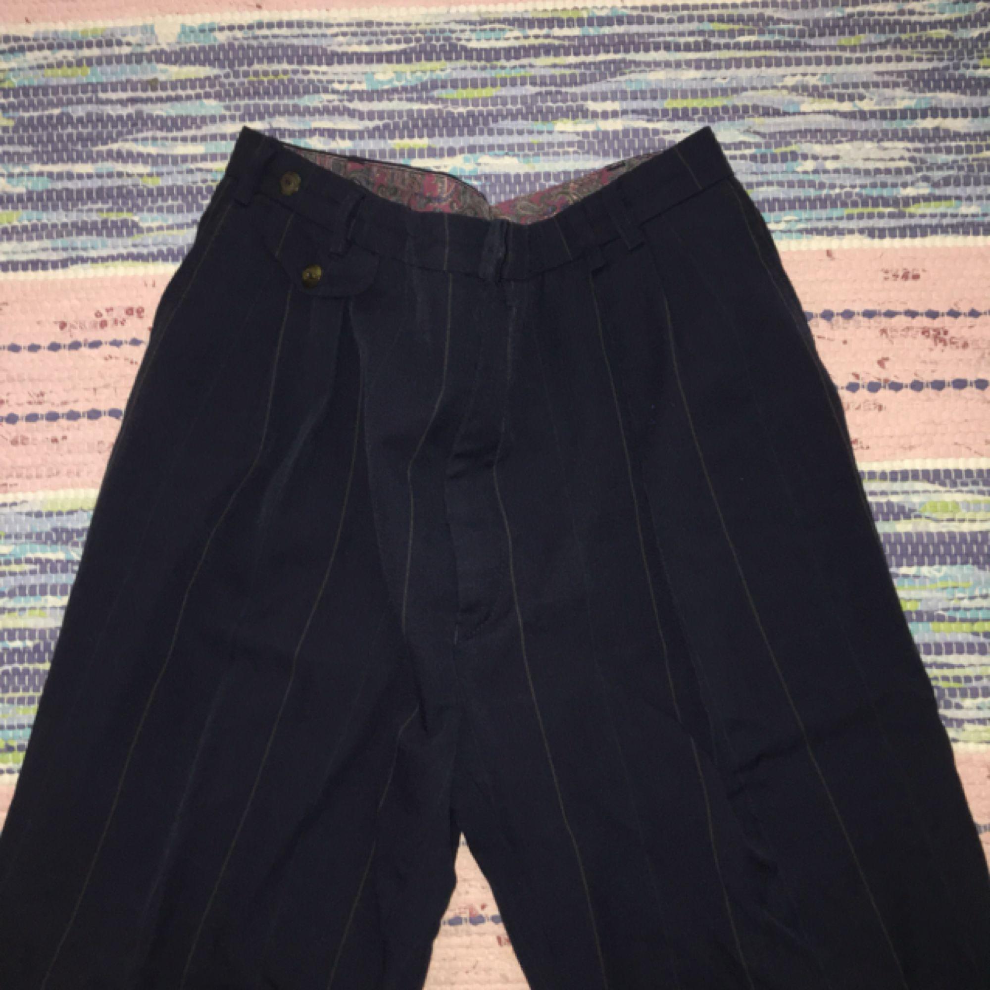 Byxor i märket Gant, köpta second hand. Sjukt snygga i benen på mig som har strl XS/S, men för stora i midjan. Skulle nog passa M med ett skräp, och L/XL perfekt i midjan! . Jeans & Byxor.
