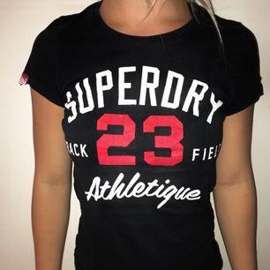 Fin tröja från Superdry i storlek M men passar likaväl dig i storlek S!  Inköpspris: ca 300.  🌸Fraktkostnaden står köparen för🌸